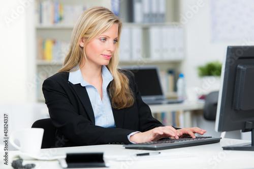 attraktive auszubildende im büro