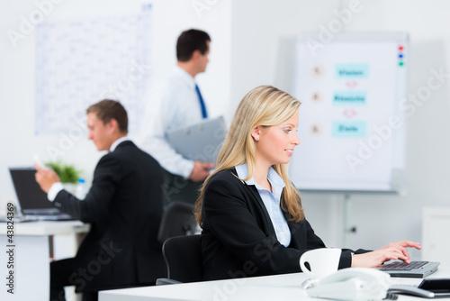 mitarbeiter bei der arbeit im büro