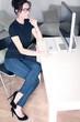 Attraktive Frau sitzt am PC