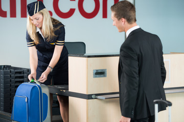 geschäftsmann gibt seinen koffer auf