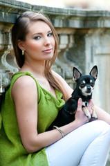 junge frau mit chihuahua und grüner wolle mode