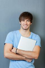 portrait mann mit laptop