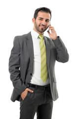Junger Geschäftsmann telefoniert mit Mobiltelefon.