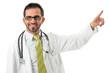 Junger dunkelhaariger Arzt deutet mit Zeigefinger