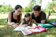 Familie beim Hausaufgaben machen
