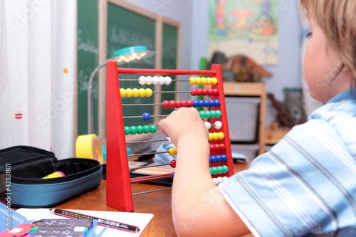 Schulkind beim Rechnen