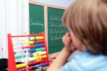 Schulkind beim Nachdenken