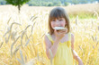 Mädchen mit Butterbrot im Roggenfeld
