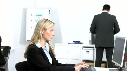 drei angestellte im büro bei der arbeit