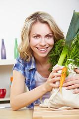 Frau hält Gemüse in der Küche