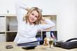 Frau macht Rückenübung im Büro