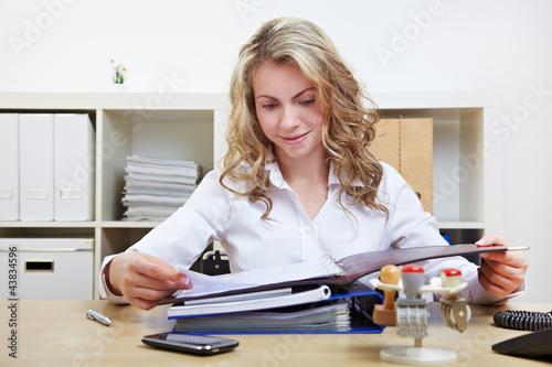 Personalerin liest Bewerbungsunterlagen im Büro