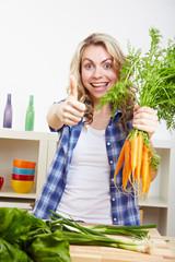 Frau in Küche hält Daumen hoch