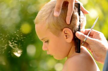 Junge beim Haare schneiden