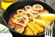 Bratwurst mit Kartoffeln in Pfanne