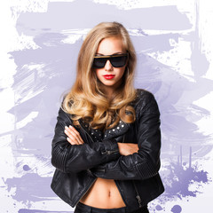 junge blonde Frau im Rocker-Outfit vor Farbwand