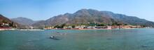 Panorama uitzicht op de rivier heilige Ganges