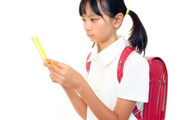 携帯電話を持っている小学生