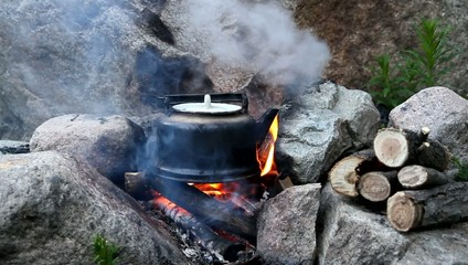 Teapot boils on campfires