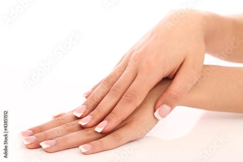 Ręce z pięknym francuski manicure