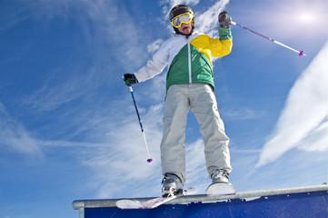 Junger Skifahrer auf Rail im Funpark