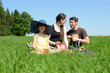 Familie macht Picknick