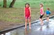 Kinder spielen in der Pfütze