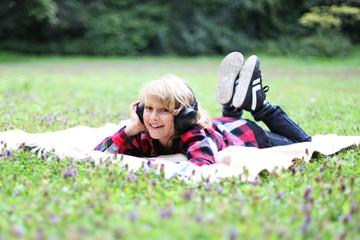 Kind mit Kopfhörer im park