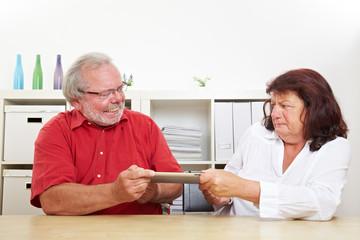Senioren streiten um Tablet Computer