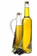 Aceite de oliva en botellas de diseño sobre fondo blanco.