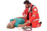 Rettungssanitäter versorgt eine Notfallpatientin