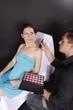 Frau wird vom Visagisten geschminkt