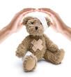 Hände schützen kranken Taddy