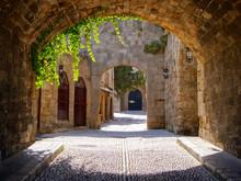 Rue médiévale voûtée dans la vieille ville de Rhodes, Grèce