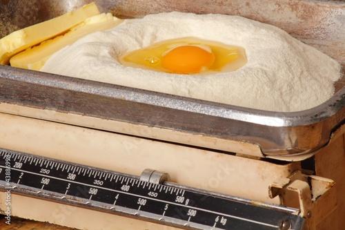 Eier und Mehl in alter Waage