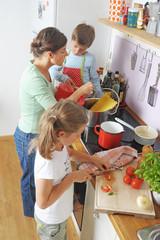 Kinder kochen mit der Mutter