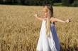 Mädchen bei Yogaübung im Getreide
