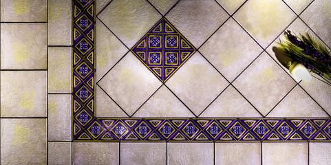 piastrelle greca viola gialla