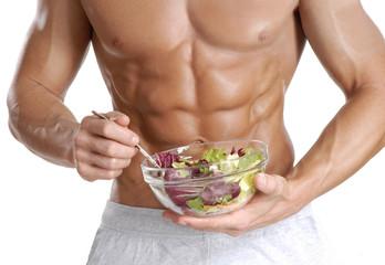 Dieta y ejercicio de un hombre con abdomen definido.