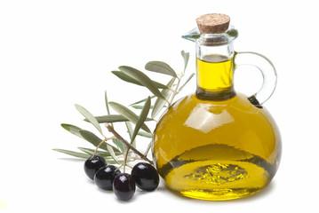 Rama de olivo con aceitunas negras y aceite de oliva.