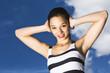 junge Frau (17) vor blauem Himmel