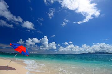 打寄せる波とビーチパラソル