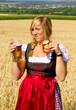 Madl mit Bier und Brez´n