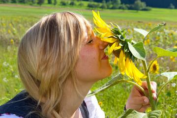 An der Sonnenblume riechen