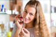Junge Frau kauft Parfum in Parfümerie