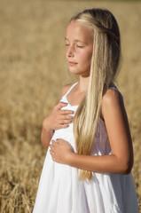 Blondes Mädchen Yoga im Gerstenfeld