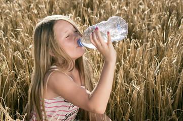 Durstiges Mädchen im Getreidefeld