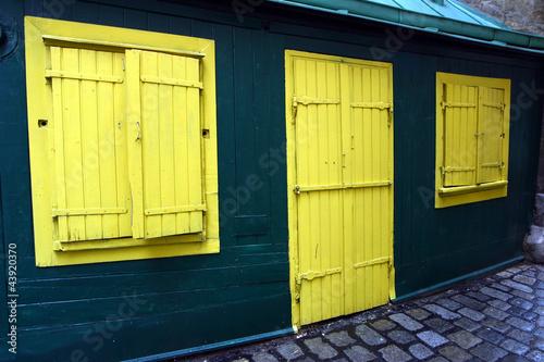 gelbe Tür und gelbe Läden