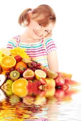 Kleine freche Dame mit Obst und Spiegelung