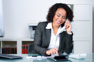 freundliche versicherungskauffrau am telefon